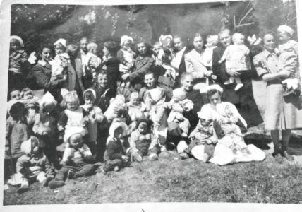 Dzieci ze żłobka, który mieścił się na ul. Niepodległości. Źródło: T. Centkowska.