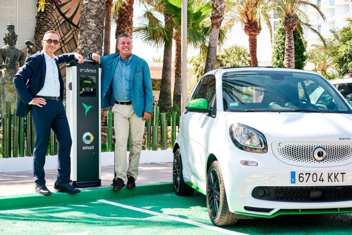 Josep Trabado, Director de Enel X Iberia (izq.), y Roland Schell, Presidente de Mercedes-Benz España.