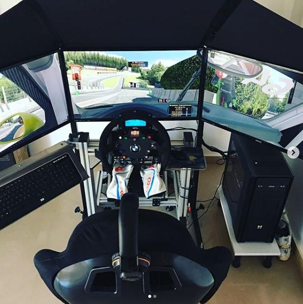 Cockpit de tres pantallas montado