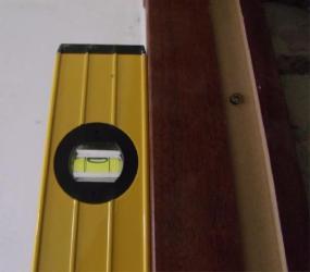 Проверка положения уровнем со стороны комнаты
