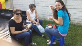 Patty, Romy y Dany Rivas... trabajando en manualidades...