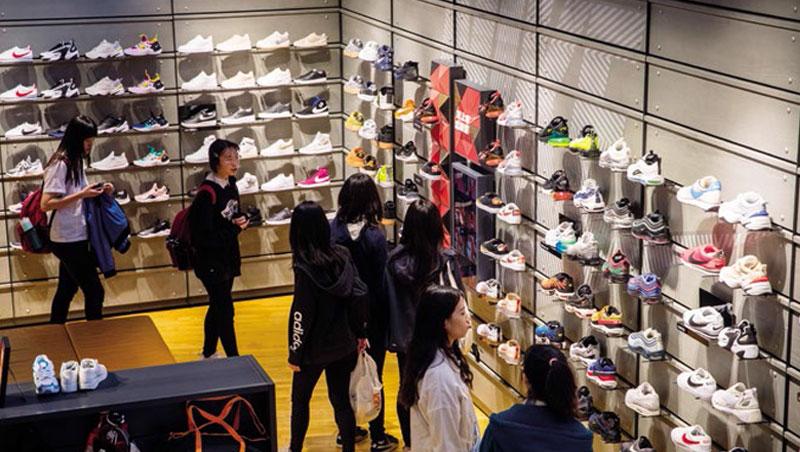 臺北Nike旗艦店》球鞋變快時尚 紅45天就過時打折 - 商業周刊第1633期 - 商周知識庫