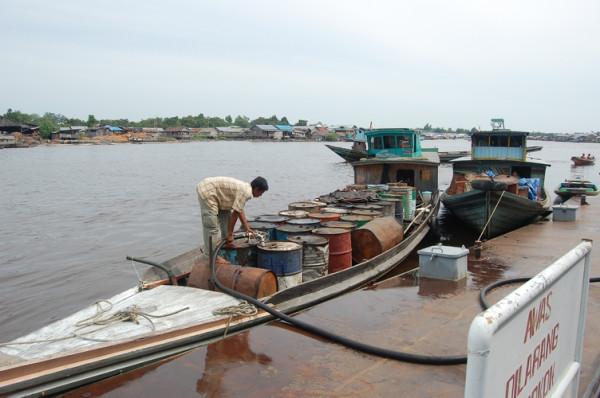 Nelayan Isi BBM