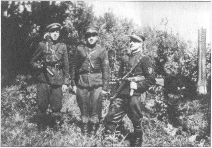 """viduryje """"Studentas' nuotrauka paimta iš http://www.partizanai.org/failai/html/dzuko_dienorastis_files/dzuko_dienorastis-31.jpg"""