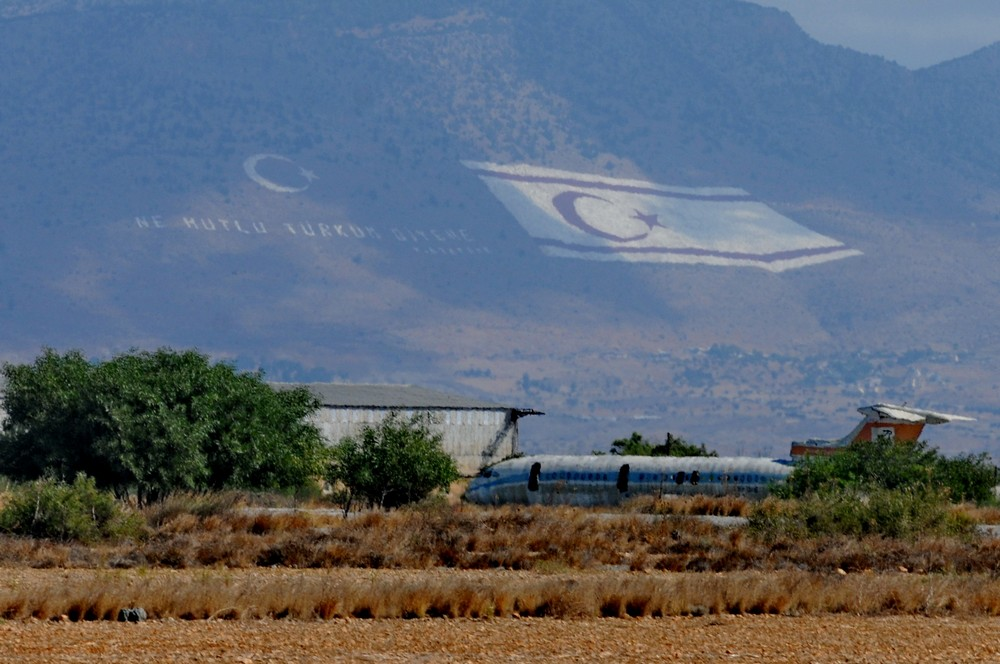 Аэропорт Никосии в буферной зоне на фоне флага Северного Кипра
