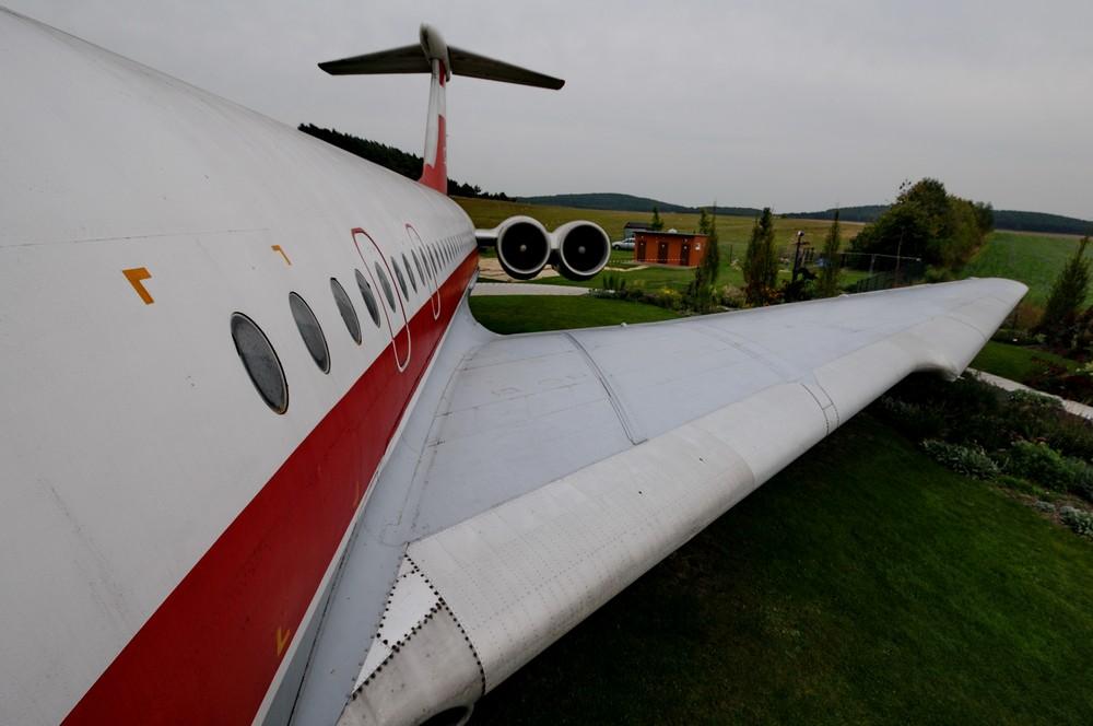 Вид на крыло и хвостовое оперение Ил-62 в музее Лилиенталя в Штольне. Первый в мире аэродром