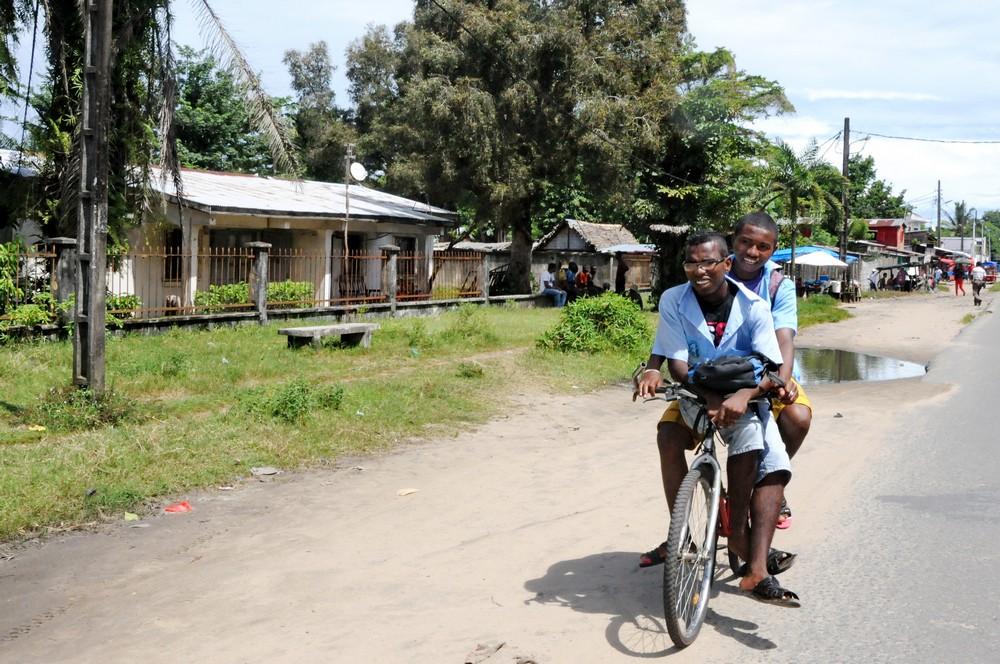 Мадагаскар. Школьники на велосипеде