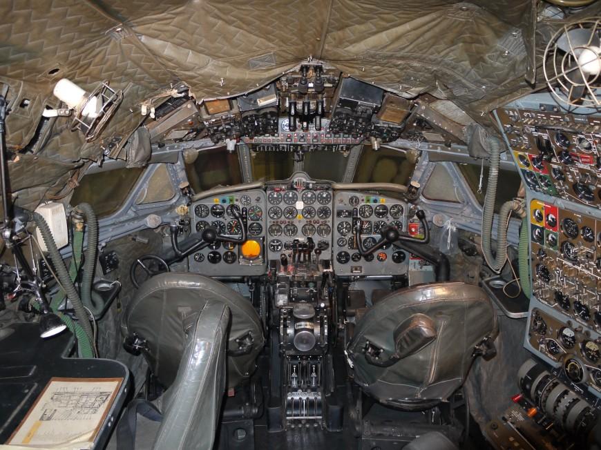 08-cockpit-avion-De_Havilland_DH106_Comet_4_G-APDB_Cockpit-870x652