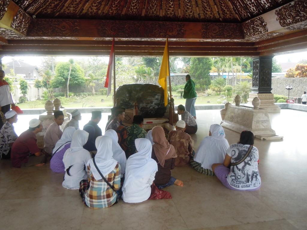 praying in sukarno's tomb