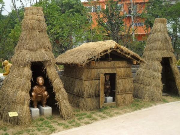 pooing-statues-haewoojae-mr-toilet-house-suwon-south-korea