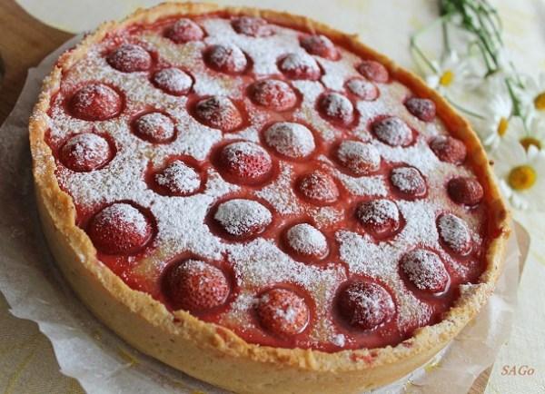 Рецепт пирога на песочном тесте с франжипаном и клубничной начинкой.