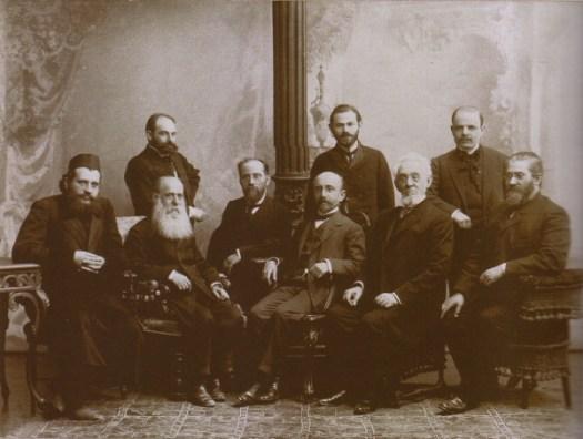 Слева направо: сидят Хаим Черновиц, Моше Лейб Лилиенблюм, Иешуа Равницкий, Ахад ХаАм, Менделе Мойхер Сфарим, Аарон Левински. Стоят - Аарон Борохов (Борхияху) Йосеф Клаузнер, Хаим Нахман Бялик