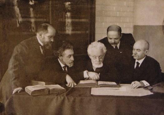 Слева направо- Иешуа Равницкий, Шломо Ан-ски (Семен Зангвил-Раппопорт), Менделе Мойхер Сфарим, Хаим Нахман Бялик, Шимон Фруг