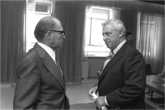 Le Premier ministre Menahem Begin re�oit le ministre Ariel Sharon � J�rusalem, le 9 ao�t 1977
