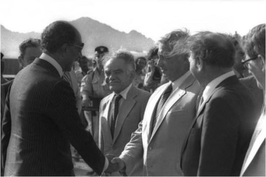 PoignŽe de mains entre le PrŽsident  �gyptien Anwar Sadate et le ministre de l'Agriculture Ariel Sharon  son arrive  Ophira, le 4 juin 1981