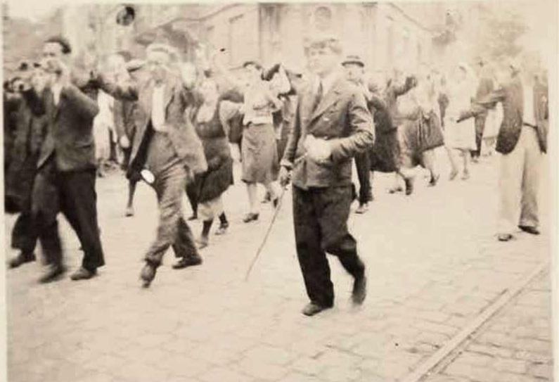 Полицай и марш с поднятыми руками