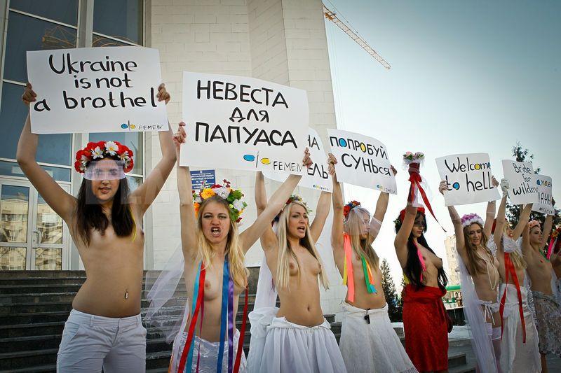 1299003507-femen-action-brides-for-papuans-_608431