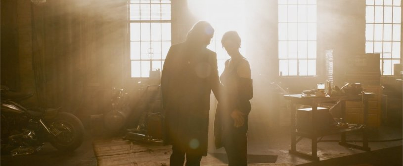 Keanu Reeves and Carrie-Anne Moss reprise their roles as Neo and Trinity in THE MATRIX RESURRECTIONS (2021)