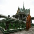 Templo budista construido con un millón de botellas de cerveza