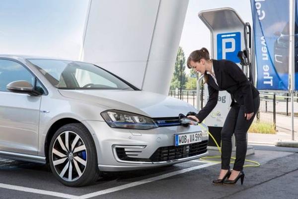 coche electrico en recarga, volkswagen-golf-gte