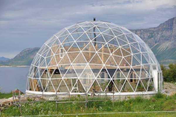 casa domo solar de madera, vidrio, paja y arcilla