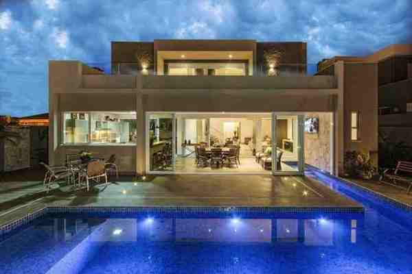 casa moderna con piscina revestida con gresite de vidrio reciclado