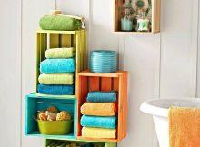 muebles hechos con cajas de madera, reciclar cajas de madera, estantería de baño con cajas de madera