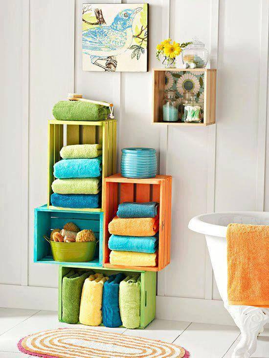 muebles con cajas de madera, reciclar cajas de madera, estantería de baño con cajas de madera