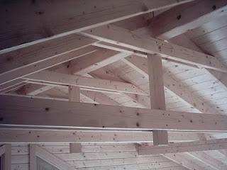 Vigas vistas madera, casa de estructura de madera.