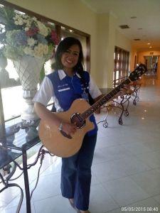 Gambar Ka Uli dengan instrument gitarnya