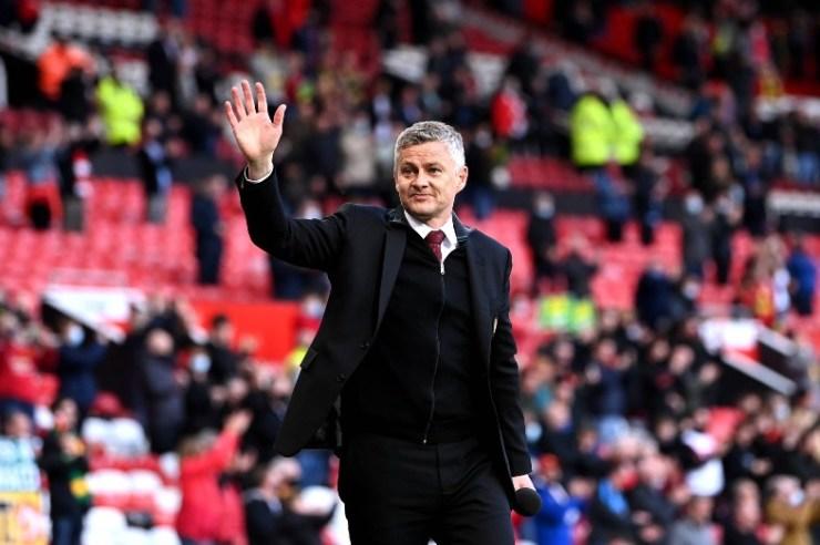 solskjaer waving at united fans