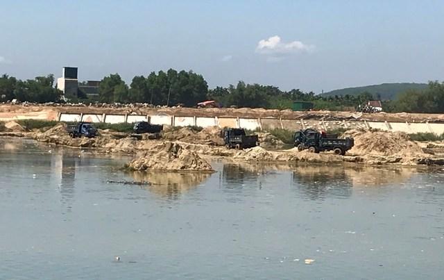 Doanh nghiệp khai thác cát sai phép, dân lo sông nuốt nhà - 2