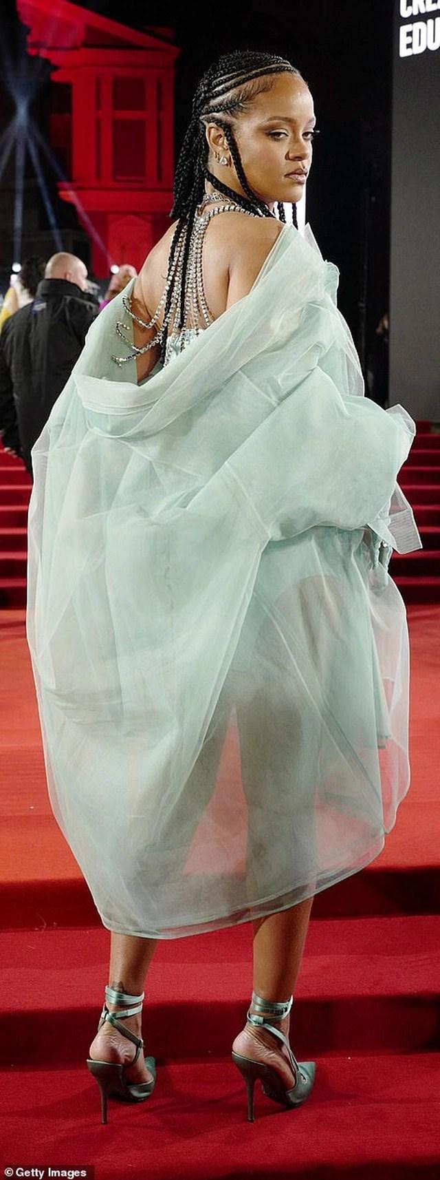 Siêu mẫu bạch biến khoe ngực căng đầy tại lễ trao giải thời trang Anh quốc - 11