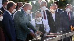 Cumhurbaşkanı Erdoğan lezzet festivalinde mangalın başına geçti