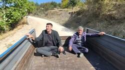 Bursa'da böbrek taşını bozuk yolda traktöre binerek düşürüyorlar