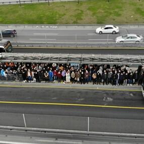 İstanbul'da metrobüs duraklarında dikkat çeken yoğunluk
