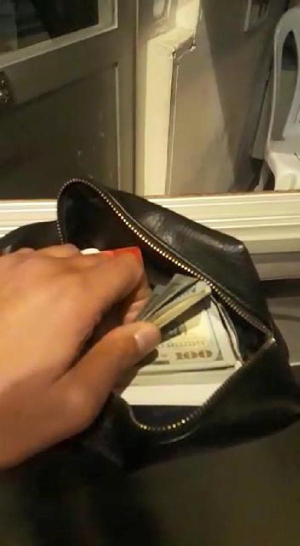 Aracında bulduğu parayı sahibine teslim etti