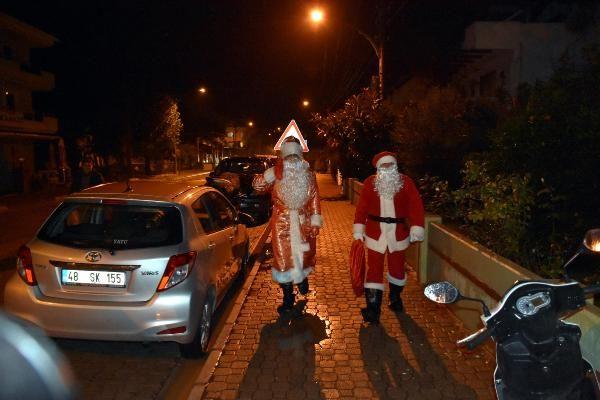 Marmaris Belediyesi'nden evlere Noel babalı ziyaret