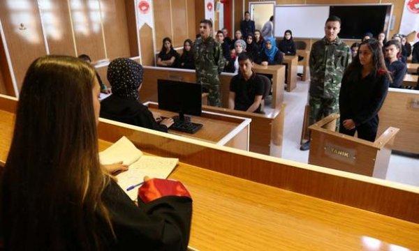 Lise öğrencileri okulda mahkeme salonu kurdu