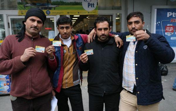 Suriyelilerin 100 lira izdihamı