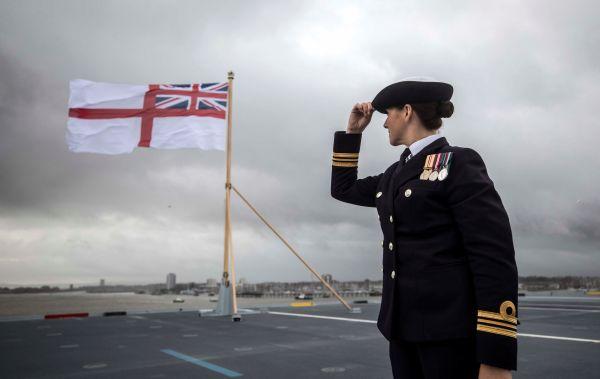 İngiltere'nin yeni uçak gemisi su alıyor