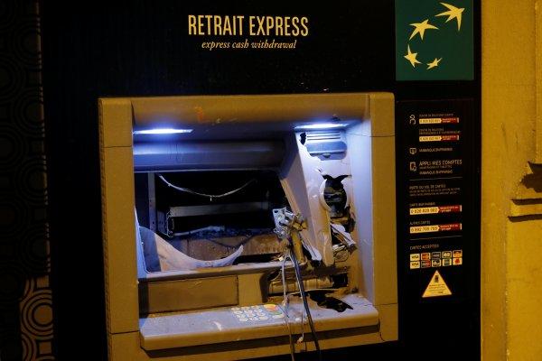 Paris'te mağaza ve ATM'ler yağmalandı