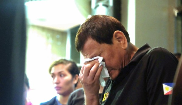 Rodrigo Duterte yangın bölgesinde ağladı