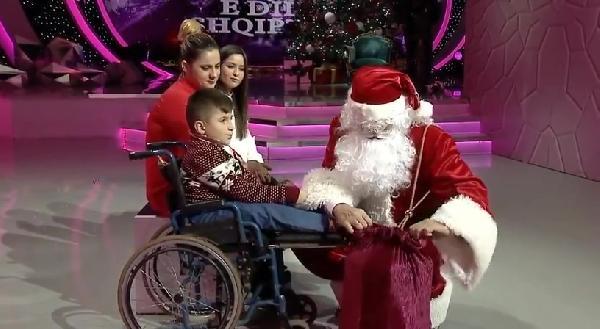 Arnavutluk Başbakanı Noel Baba kılığına girdi