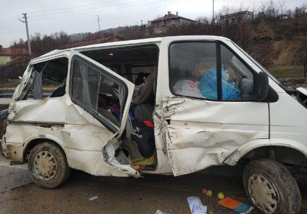 Amasya'da minibüs takla attı: 2 yaralı