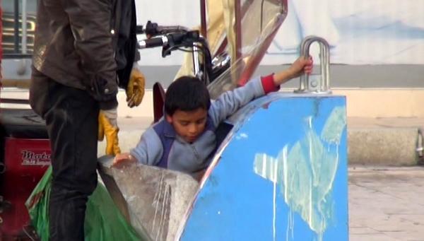 Yer altı konteynerinden oğluna atık toplattı