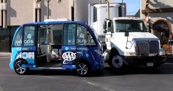 Sürücüsüz otobüs ilk gününde kaza yaptı