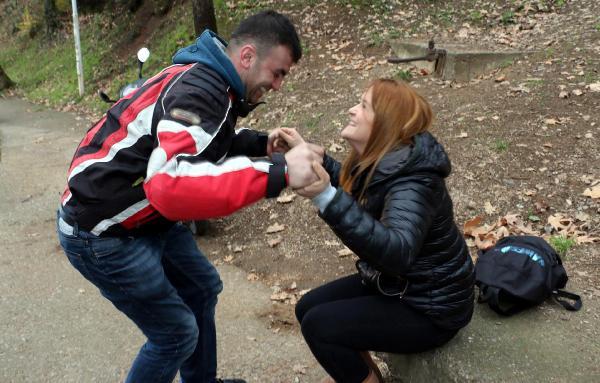 Erkek arkadaşa sürpriz evlenme teklifi