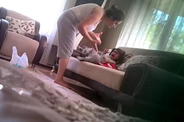 Öz anne şiddeti gizli kamerada