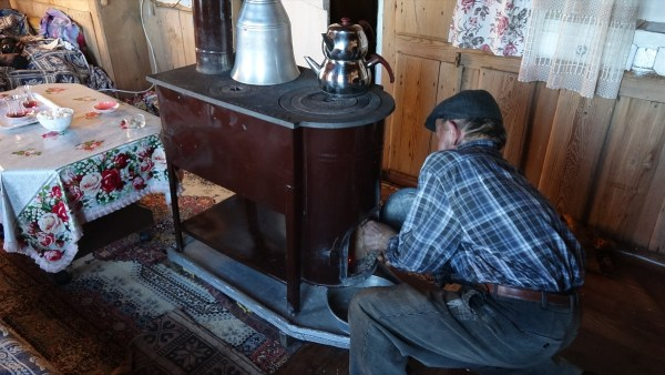 Yaşlı çift kara kışta bile köylerinden ayrılmıyor